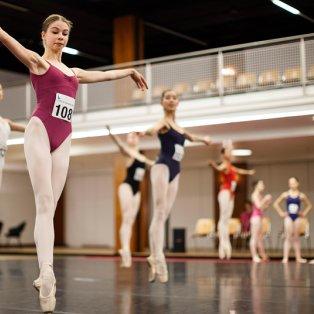 3/2/2015 - Χορεύτριες προθερμαίνονται για το 43ο διαγωνισμό κλασικού μπαλέτου της Λωζάνης! Picture: EPA - Κυρίως Φωτογραφία - Gallery - Video