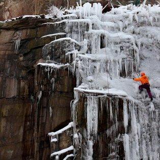 10/2/2015 - Εκπληκτικό στιγμιότυπο με έναν άνδρα να σκαρφαλώνει στον πάγο σε βουνό του Λίμπερετς στην Τσεχία! Picture: DAVID W CERNY/Reuters - Κυρίως Φωτογραφία - Gallery - Video