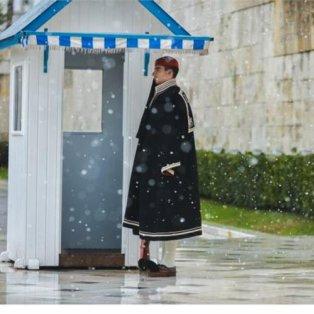 11/2/2015 - Φωτογραφία ημέρας από το χιονισμένο Σύνταγμα και τον τσολιά που κάνει σκοπιά με παλτό! - Κυρίως Φωτογραφία - Gallery - Video