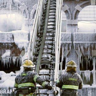17/2/2015 - Kι όμως αυτό το παγωμένο σπίτι στη Φιλαδέλφια πήρε φωτιά! Picture: AP Photo/Jacqueline Larma - Κυρίως Φωτογραφία - Gallery - Video