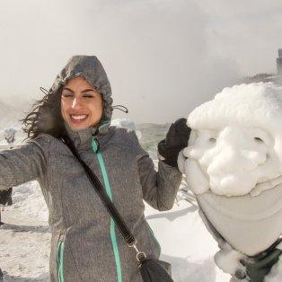 21/2/2015 - Selfie στους παγωμένους καταρράκτες του Νιαγάρα που ο κόσμος δεν σταματά να επισκέπτεται! Picture: Norm Betts / Barcroft Media - Κυρίως Φωτογραφία - Gallery - Video