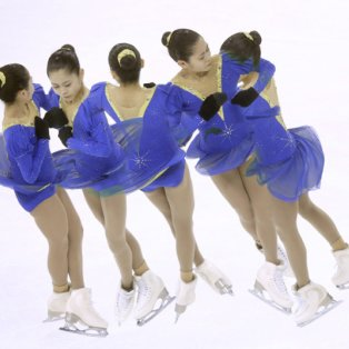 24/03/2015 - Κινεζούλες στον πάγο παραδίδουν μαθήματα χορού στο παγκόσμιο φεστιβάλ της Σανγκάης! Picture: EPA/TATYANA ZENKOVICH - Κυρίως Φωτογραφία - Gallery - Video