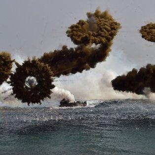 30/3/2015 - Εκπληκτική φωτό με τις ''βόμβες'' καπνού να δημιουργούν μία μοναδική ατμόσφαιρα στις στρατιωτικές ασκήσεις της Ν. Κορέας! Picture: JUNG YEON-JE/AFP/Getty Images - Κυρίως Φωτογραφία - Gallery - Video