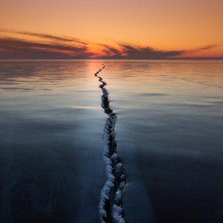 30/3/2015 - Εκπληκτική φωτό με το ''σκίσιμο'' της λίμνης Baikal στη Ρωσία να χωρίζει την γη στα δύο! Picture: Alexey Trofimov/Solent News - Κυρίως Φωτογραφία - Gallery - Video