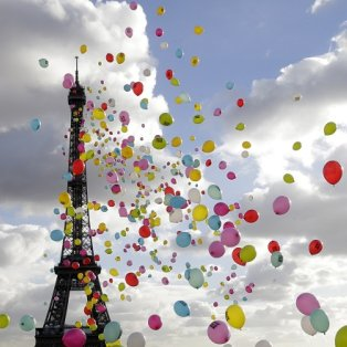 01/04/2015 - Eντυπωσιακή φωτό με πολύχρωμα μπαλόνια να πετούν γύρω από τον Πύργο του Άιφελ που έκλεισε τα 126 του χρόνια! REUTERS/Jacky Naegelen - Κυρίως Φωτογραφία - Gallery - Video