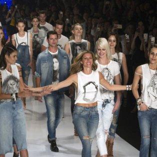 Φωτό εβδομάδας: Το φωτεινό αντίο της Ζιζέλ πάνω στην πασαρέλα! Η πολυεκατομμυριούχος Βραζιλιάνα είναι πια μόνο μαμά! Picture: EPA/SEBASTIAO MOREIRA   - Κυρίως Φωτογραφία - Gallery - Video