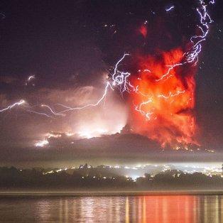25/4/2015 - Εκπληκτική φωτό από την έκρηξη του ηφαιστείου Calbuco στην Χιλή! Picture: DAVID CORTES SEREY/AGENCIAUNO  - Κυρίως Φωτογραφία - Gallery - Video