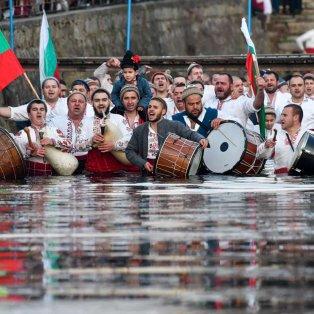 Βουλγαρία: Άνδρες τραγουδούν & χορεύουν μέσα στο νερό για τον εορτασμό των Θεοφανείων - Photo: Nikolay Doychinov / AFP - Getty Images - Κυρίως Φωτογραφία - Gallery - Video