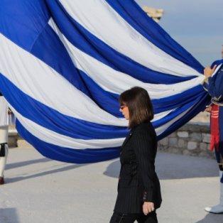 Η νέα πρόεδρος της Δημοκρατίας Κατερίνα Σακελλαροπούλου με την ελληνική σημαία – Ύψιστος συμβολισμός PHOTO: INTIME/ ΘΟΔΩΡΗΣ ΜΑΝΟΛΟΠΟΥΛΟΣ  - Κυρίως Φωτογραφία - Gallery - Video