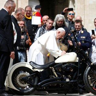 Ο Πάπας Φραγκίσκος καβαλάει μια Harley ή σχεδόν & γίνεται Φωτό Ημέρας - Yara Nardi/Reuters - Κυρίως Φωτογραφία - Gallery - Video