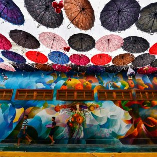 """Χρώματα & ομπρέλες: Όταν οι δημιουργοί έχουν κέφια... τότε """"γεννιέται"""" μια """"μαγευτική"""" μορφή τέχνης - Photo: Orlando Sierra / AFP / Getty Images - Κυρίως Φωτογραφία - Gallery - Video"""