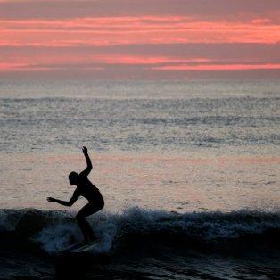 Surfing στην Δύση του ήλιου – Ειδυλλιακή φωτό ημέρας! -  Ian Forsyth/Getty Images - Κυρίως Φωτογραφία - Gallery - Video