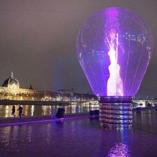 13/12/2014 -  Mία τεράστια γυάλινη λάμπα έστησαν στο κέντρο της Λυών για να ''φωτιστεί'' η Γαλλική πόλη στο περίφημο Festival of Lights! REUTERS/Robert Pratta   - Κυρίως Φωτογραφία - Gallery - Video