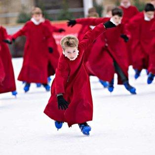 Παιδιά - χορευτές κάνουν σκι στο άνοιγμα του παγοδρομίου στο Ηνωμένο Βασίλειο - Photo: David Hartley / Rex / Shutterstock  - Κυρίως Φωτογραφία - Gallery - Video