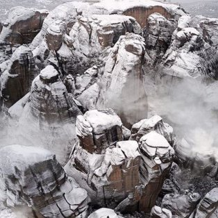 Τα χιονισμένα Μετέωρα σε μία μαγική λήψη από τον καταπληκτικό φωτογράφο Κώστα Σπαθή σου θυμίζουν το μεγαλείο της φύσης [Δείτε περισσότερα στο madeingreece.news]  - Κυρίως Φωτογραφία - Gallery - Video