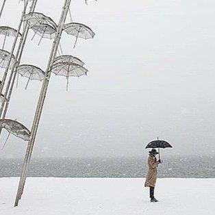 Χιόνι και στις περίφημες ομπρέλες του Ζογγολόπουλου της Θεσσαλονίκης – Λήψη μαγική - Φώτο: @maralazaridou [Δείτε περισσότερα στο madeingreece.news]  - Κυρίως Φωτογραφία - Gallery - Video