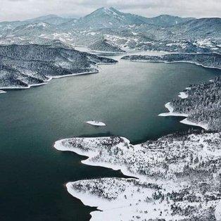 Λίμνη Πλαστήρα: Όταν το χιόνι πέφτει, η φύση σιωπά – Η εικόνα της ημέρας κόβει την ανάσα - Φώτο: @reasonstovisitgreece [Δείτε περισσότερες φωτογραφίες στο madeingreece.news]  - Κυρίως Φωτογραφία - Gallery - Video