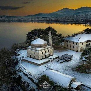 Τα χιονισμένα Ιωάννινα είναι σκέτη μαγεία – Καταπληκτική φωτογραφία σαν πέφτει το φως της ημέρας - Φώτο: @panos_xaxiris [Δείτε περισσότερα στο madeingreece.news]  - Κυρίως Φωτογραφία - Gallery - Video