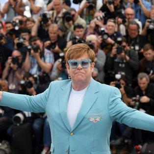 Ο Elton John σε μια ανεπανάληπτη θαλασσί εμφάνιση – Μακρύ σκουλαρίκι & στρας γυαλί -  Getty Images - Κυρίως Φωτογραφία - Gallery - Video