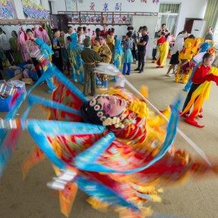 Φαντασμαγορία χορού παιδιών στην Κίνα & πανδαισία χρωμάτων - Costfoto/Barcroft Media - Κυρίως Φωτογραφία - Gallery - Video