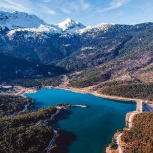 Υπέροχη η λίμνη Δόξα στην Κορινθία και στο βάθος το χιονισμένο βουνό - Φώτο: @peloponnese_gr [Δείτε περισσότερες φωτογραφίες στο madeingreece.news]   - Κυρίως Φωτογραφία - Gallery - Video