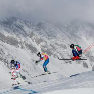 Φώτο ημέρας: Freestyle Skiing Men - Σκιέρ εντυπωσιακά συγχρονισμένοι στον τελικό των Χειμερινών αγώνων στην Ελβετία - Photo: REUTERS  - Κυρίως Φωτογραφία - Gallery - Video