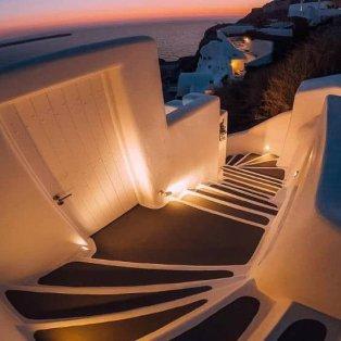 Λίγα βήματα μέχρι το παραδεισένιο ηλιοβασίλεμα της Σαντορίνης  - Φώτο: @bestofsantorini [Δείτε περισσότερες φωτογραφίες στο madeingreece.news]  - Κυρίως Φωτογραφία - Gallery - Video