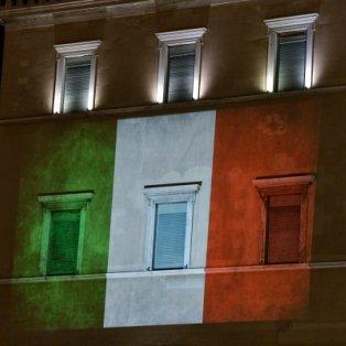 Προβολή της ιταλικής σημαίας στη πρόσοψη της Βουλής σε ένδειξη συμπαράστασης στον λαό της Ιταλίας/ Photo: EUROKINISSI - ΤΑΤΙΑΝΑ ΜΠΟΛΑΡΗ - Κυρίως Φωτογραφία - Gallery - Video