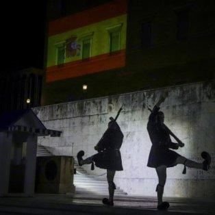 Προβολή της ισπανικής σημαίας στην πρόσοψη της Βουλής των Ελλήνων εις ένδειξη συμπαράστασης προς τον ισπανικό λαό/ Photo: Eurokinissi - Κυρίως Φωτογραφία - Gallery - Video