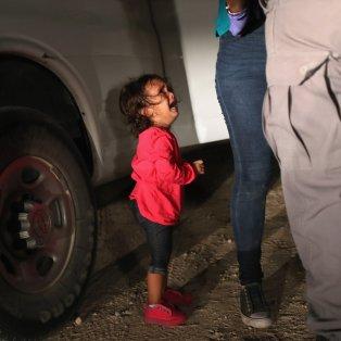 Η φωτό που συγκλόνισε τον πλανήτη- Το κοριτσάκι κλαίει όταν το χωρίζουν από την μαμά του στα σύνορα των ΗΠΑ/ Photo: Jim Powell  - Κυρίως Φωτογραφία - Gallery - Video