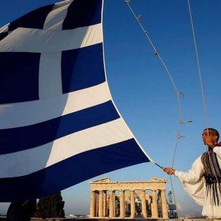 Φωτό ημέρας: Εύζωνας ανεμίζει την γαλανόλευκη ελληνική σημαία για την επέτειο της 25ης Μαρτίου - Κυρίως Φωτογραφία - Gallery - Video