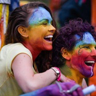 Φωτό Ημέρας: Ζευγάρι γελάει αγκαλιασμένο στο Φεστιβάλ Φωτιάς της 1ης Μαΐου στη Σκωτία – Credits: Jeff J Mitchell/Getty Images - Κυρίως Φωτογραφία - Gallery - Video