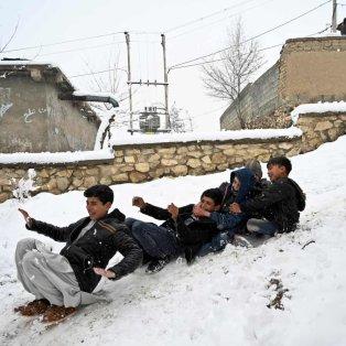 """Μια εικόνα από το Αφγανιστάν που μας """"γεμίζει την καρδιά"""" με αγάπη: Παιδιά παίζουν ανέμελα στο χιόνι - Photo: Wakil Kohsar / AFP / Getty Images - Κυρίως Φωτογραφία - Gallery - Video"""