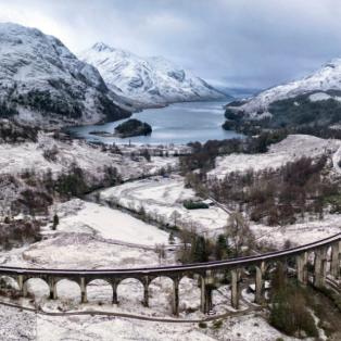 """Φωτογραφία ημέρας: Κατάλευκο χωριό της Σκωτίας """"μαγεύει"""" όλο τον κόσμο με την φυσική ομορφιά του - Photo: CHRIS GORMAN/BIG LADDER - Κυρίως Φωτογραφία - Gallery - Video"""