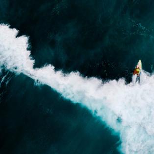 """Τα κύματα """"σκίζουν"""" την θάλασσα στη μέση - Ο σκιέρ εμφανίζεται στην άλλη πλευρά της παραλίας στο νησί Boa Vista - Photo: INA FASSBENDER/AFP/ GETTY IMAGES - Κυρίως Φωτογραφία - Gallery - Video"""