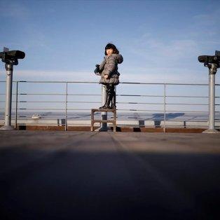 """Μικρό κορίτσι από τη Νότια Κορέα κοιτάζει με κιάλια στην απέναντι όχθη της Βόρειας Κορέας και η ελπίδα για μια """"επανένωση"""" δεν πεθαίνει... - Φωτογραφία: REUTERS / KIM HONG-JI - Κυρίως Φωτογραφία - Gallery - Video"""