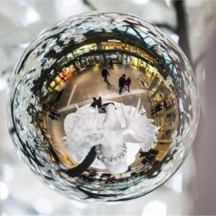 2/12/2014 - Όταν μια χριστουγεννιάτικη μπάλα γίνεται... καθρέφτης ενός στολισμένου εμπορικού κέντρου, το θέαμα είναι μαγικό! Φωτό: Reuters - Κυρίως Φωτογραφία - Gallery - Video