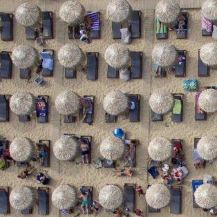 Η παραλία των Αμμολόφων στη Νέα Πέραμο από ψηλά - Φωτογραφία: Nicolas Economou/NurPhoto via Getty Images - Κυρίως Φωτογραφία - Gallery - Video