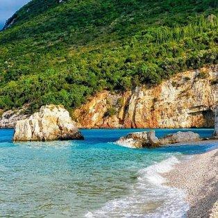 Φωτό ημέρας τα κρυστάλλινα και σμαραγδένια νερά της Κεφαλονιάς - στην παραλία Φτέρη/ @diokaminaris - Κυρίως Φωτογραφία - Gallery - Video