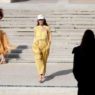 Μοντέλα παρουσιάζουν δημιουργίες του Γάλλου σχεδιαστή Guillaume Henry για την κολεξιόν Άνοιξη/Καλοκαίρι 2018 - Φωτογραφία: REUTERS / CHARLES PLATIAU - Κυρίως Φωτογραφία - Gallery - Video