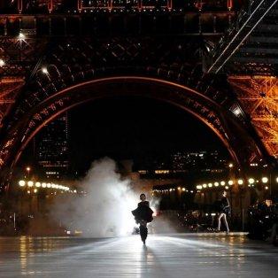 Δημιουργία από τη συλλογή του οίκου Yves Saint Laurent για την εβδομάδα μόδας στο Παρίσι - Φωτογραφία: REUTERS / GONZALO FUENTES - Κυρίως Φωτογραφία - Gallery - Video