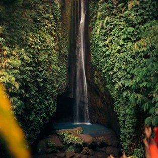 Φώτο ημέρας ένας καταρράκτης κρυμμένος μέσα στην ζούγκλα του Μπαλί/@emmett_sparling - Κυρίως Φωτογραφία - Gallery - Video