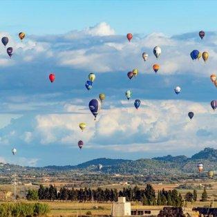 Πάνω απο εκατό αερόστατα απο 60 χώρες παίρνουν μέρος στο ευρωπαϊκό πρωτάθλημα που γίνεται στις Βαλεαρίδες νήσους - Photo: EPA / EZEQUIEL IVAN ESPINAR RIUTORT  - Κυρίως Φωτογραφία - Gallery - Video