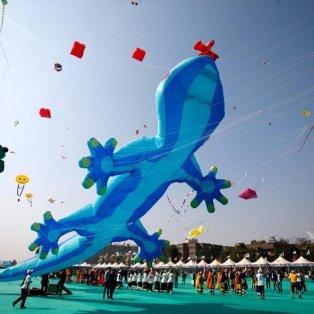 Χαρά, ελπίδα και... χιλιάδες κόσμου στο διεθνές φεστιβάλ χαρταετών που διεξάγεται στο Αχμενταμπάντ της Ινδίας - Φωτογραφία: REUTERS / AMIT DAVE - Κυρίως Φωτογραφία - Gallery - Video