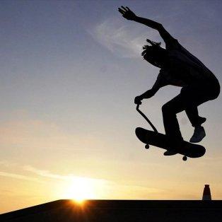 Ένας άνδρας κάνει σκέιτμπορντ στο Venice Skate Park στο Λος Άντζελες - Photo: REUTERS / CARLO ALLEGRI - Κυρίως Φωτογραφία - Gallery - Video
