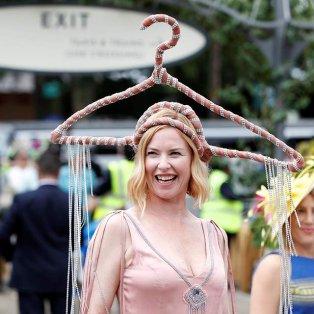 Η κυρία με το καπέλο-κρεμάστρα (ΦΩΤΟ: Action Images via Reuters/Paul Childs) - Κυρίως Φωτογραφία - Gallery - Video