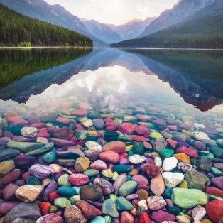 Φωτό ημέρας: Πολύχρωμες πέτρες σε λίμνη – Μια εντυπωσιακή εικόνα/  Photo: Instagram - @davidmrule - Κυρίως Φωτογραφία - Gallery - Video