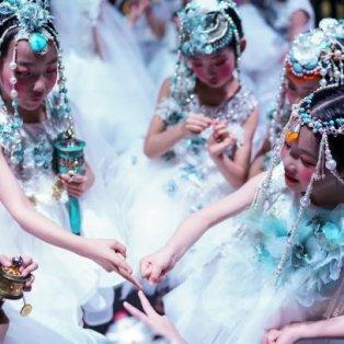 Νεαρά μοντέλα ετοιμάζονται backstage για το show του Feng Sansan στο China Fashion Week 2019 - Κυρίως Φωτογραφία - Gallery - Video