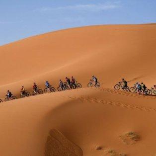 Συναρπαστική εικόνα με τους ποδηλάτες στην έρημο του Μαρόκου – Credits: Franck Fife/AFP - Κυρίως Φωτογραφία - Gallery - Video