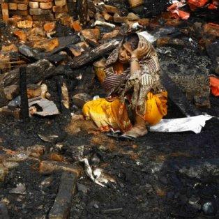 4/12/2014 - Μια ταλαιπωρημένη και βασανισμένη γυναίκα θρηνεί πάνω από τα  ερείπια του σπιτιού της στην Ινδία - Φωτό: Reuters - Κυρίως Φωτογραφία - Gallery - Video